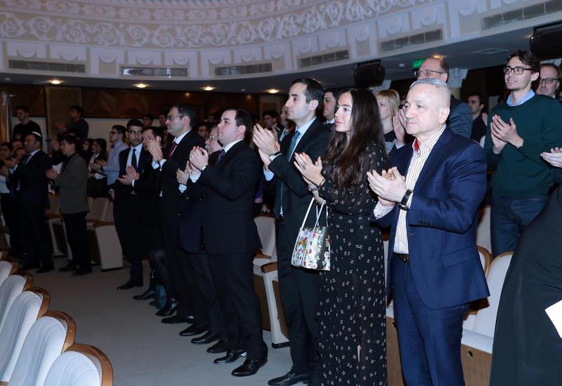 """Вице-президент Фонда Гейдара Алиева Лейла Алиева присутствовала на премьере спектакля «Когда цветет миндаль», посвященного 26-й годовщине Ходжалинской трагедии <span class=""""color_red"""">- ФОТО</span>"""