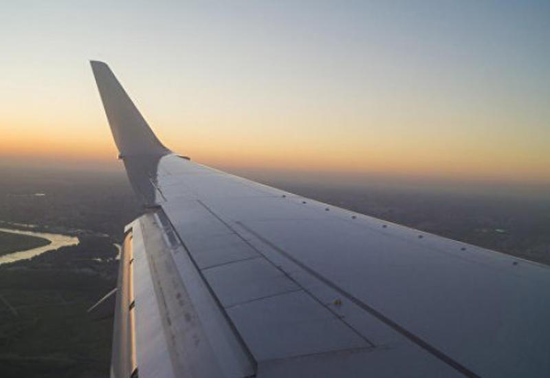 """Пассажир снял удар молнии в крыло самолета <span class=""""color_red"""">- ВИДЕО</span>"""