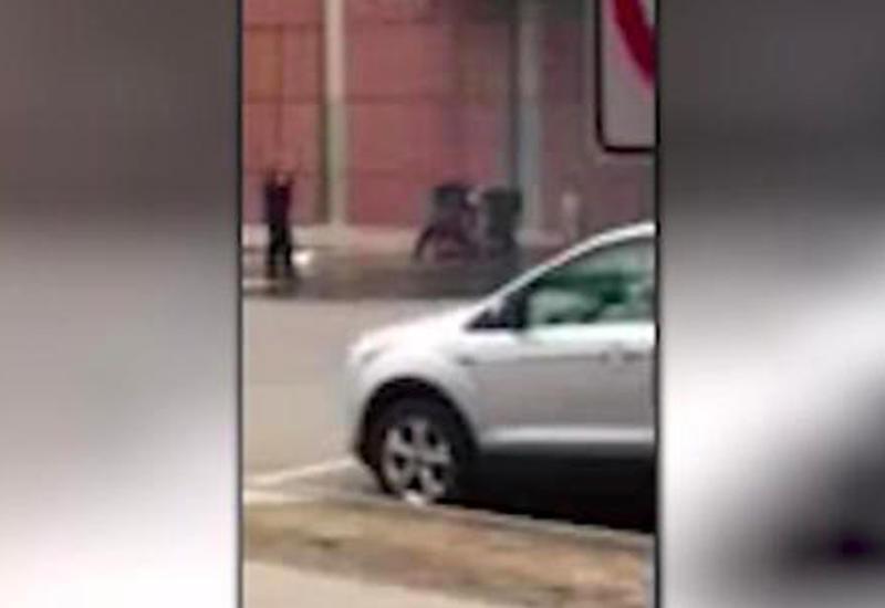 """В США мужчина умышленно врезался на машине в больницу и поджег себя <span class=""""color_red"""">- ВИДЕО</span>"""
