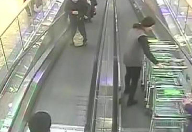 В супермаркете девушку чуть не задавило грудой тележек