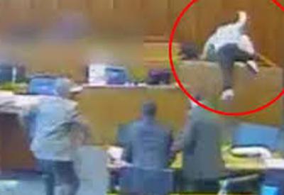 """Подсудимый пытался убить свидетеля ручкой прямо на суде, но погиб сам <span class=""""color_red"""">- ВИДЕО</span>"""