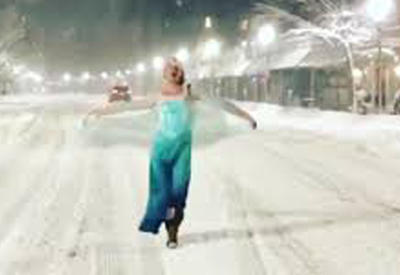 """Диснеевская принцесса спасла застрявшего в снегу бостонского полицейского <span class=""""color_red"""">- ВИДЕО</span>"""