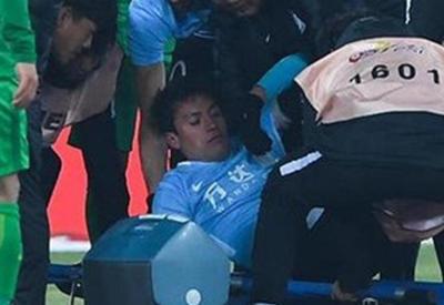 """Вице-чемпион мира по футболу потерял сознание во время матча в Китае <span class=""""color_red"""">- ВИДЕО</span>"""