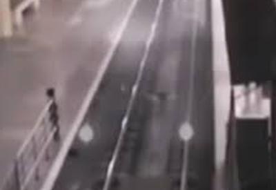 """Поезд-призрак прибыл на станцию в Китае <span class=""""color_red"""">- ВИДЕО</span>"""