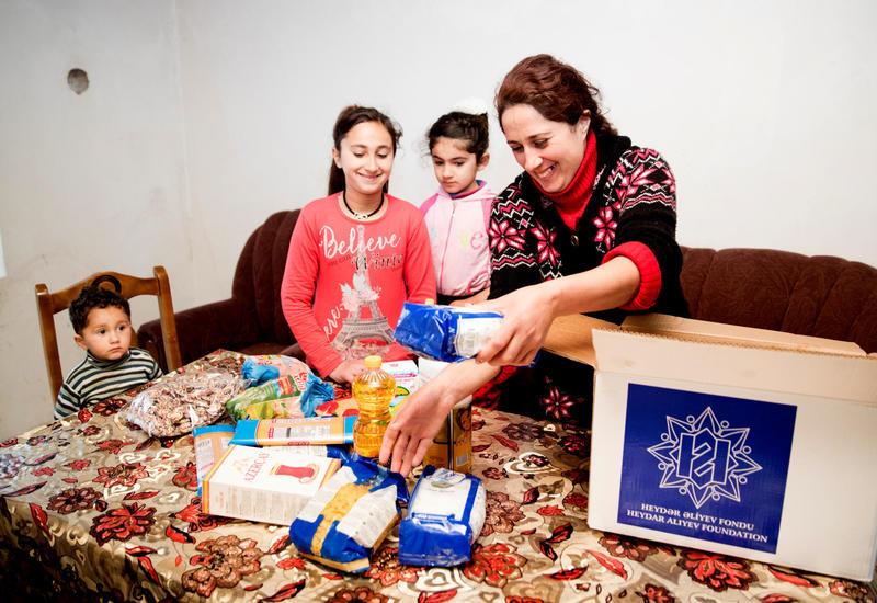 """По инициативе Фонда Гейдара Алиева малообеспеченным семьям раздаются праздничные подарки <span class=""""color_red"""">- ФОТО</span>"""