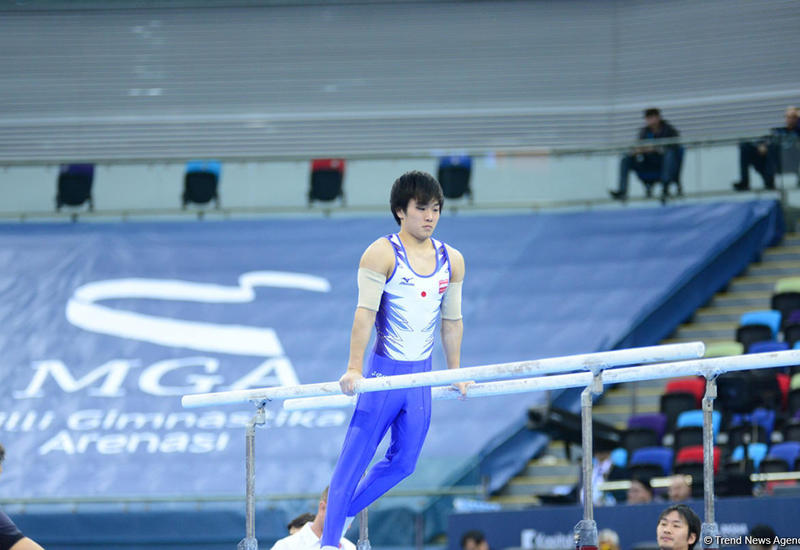 """Японский гимнаст выиграл """"золото"""" Кубка мира в Баку в упражнениях на брусьях"""