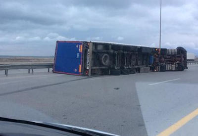 """В Баку в результате сильного ветра перевернулись 3 грузовика, есть пострадавшие <span class=""""color_red"""">- ВИДЕО</span>"""