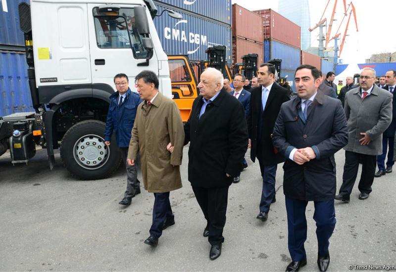 Бакинский порт получил новые вилочные погрузчики из Китая