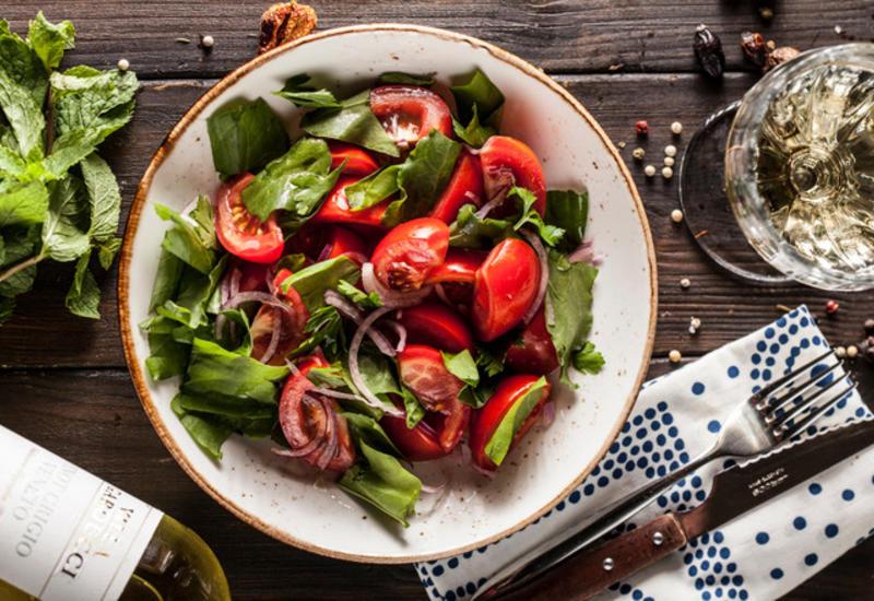 Салат из бакинских томатов с щавелем