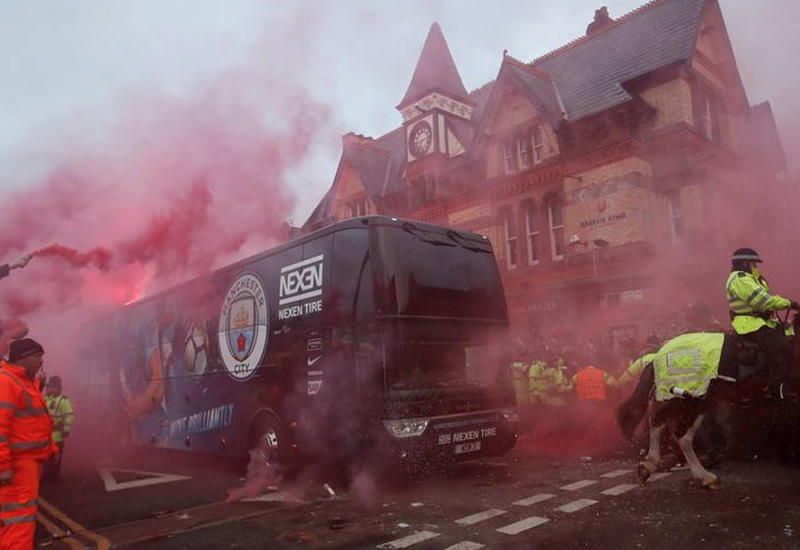 """Фанаты """"Ливерпуля"""" разгромили автобус """"Манчестер Сити"""" перед матчем ЛЧ"""