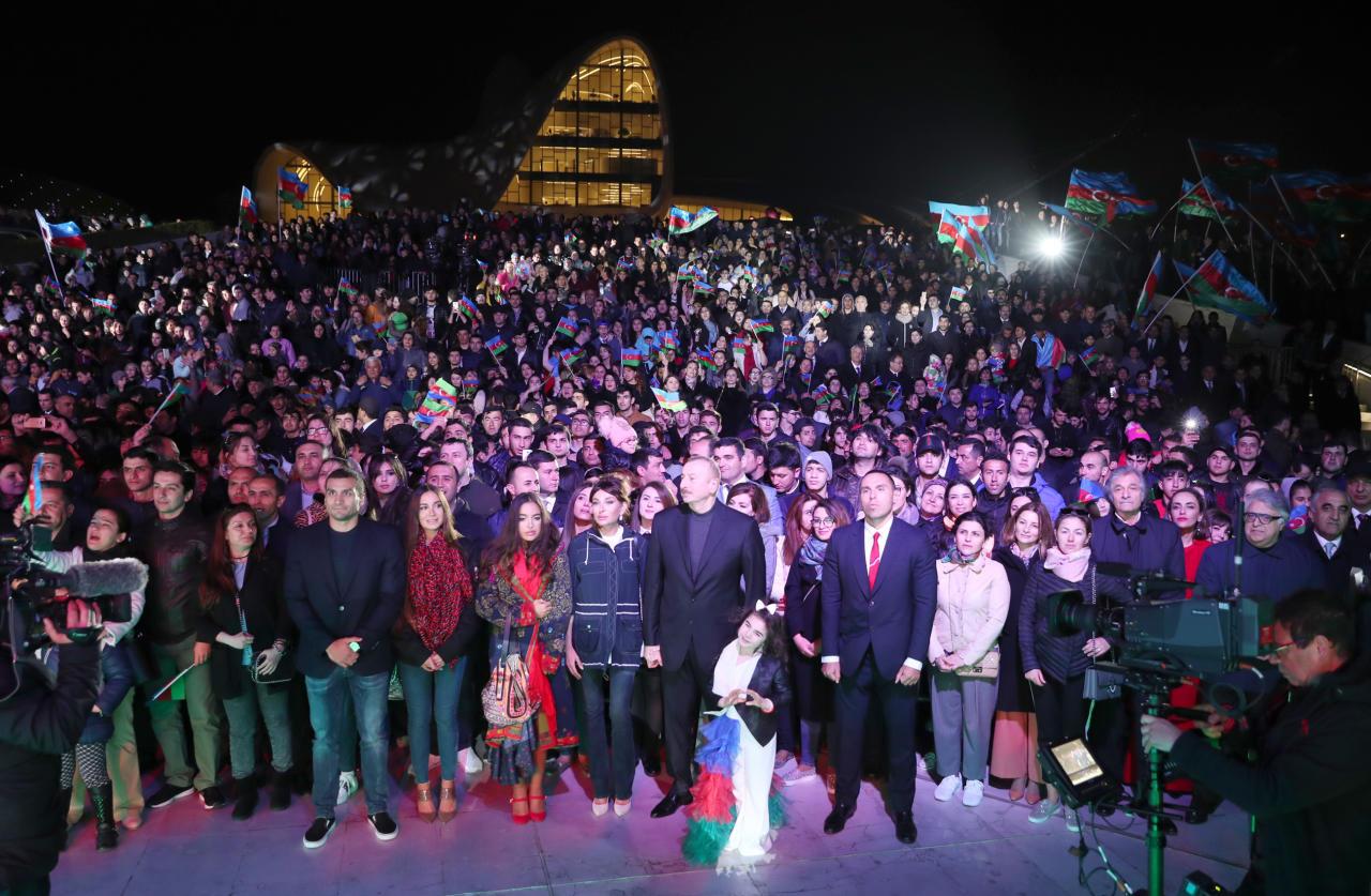 Президент Ильхам Алиев и его супруга Мехрибан Алиева приняли участие в концертной программе, приуроченной к уверенной победе на президентских выборах - ФОТО