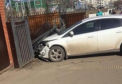 """Таксист протаранил ворота полицейского участка, спасаясь от грабителей <span class=""""color_red"""">- ВИДЕО</span>"""