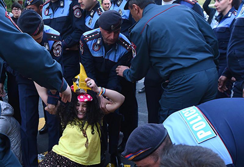 В Ереване растет напряженность, начались столкновения с полицией
