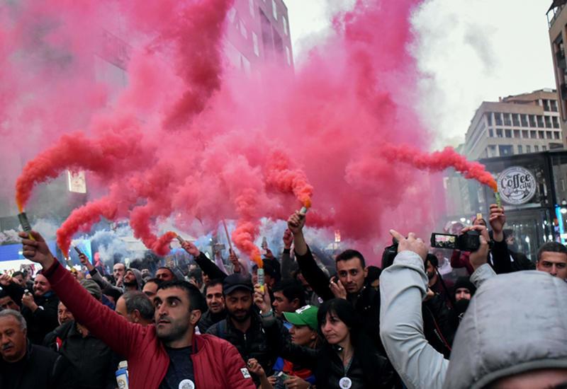 Массовые протесты в Ереване, фото Саргсяна топчут ботинками
