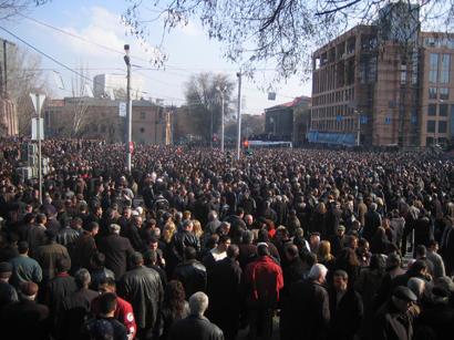 ВАрмении протестующие вторглись  в строение  публичного  радио