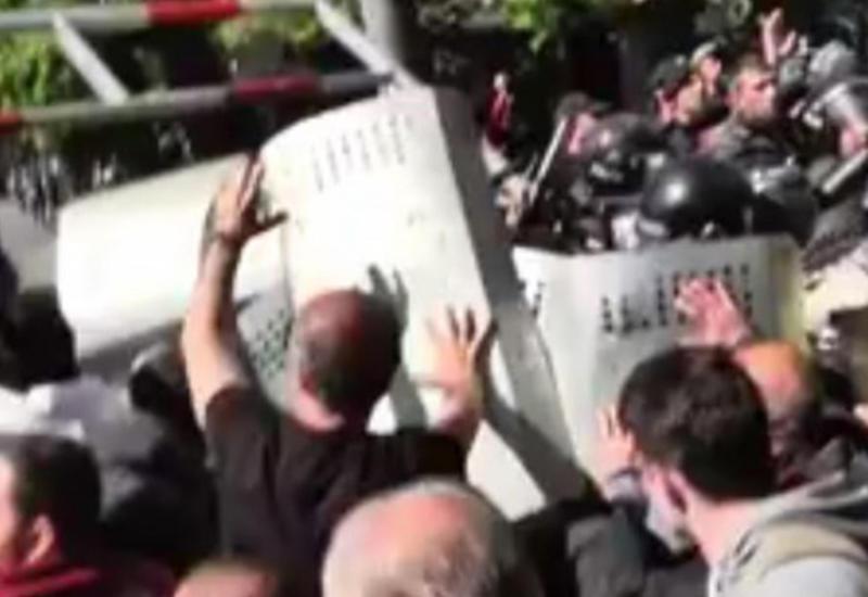 Беспорядки и сломанные челюсти - в Ереване ужесточились столкновения с полицией