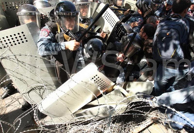 Саргсян напустил на граждан полицию - шумовые гранаты сменят водометы