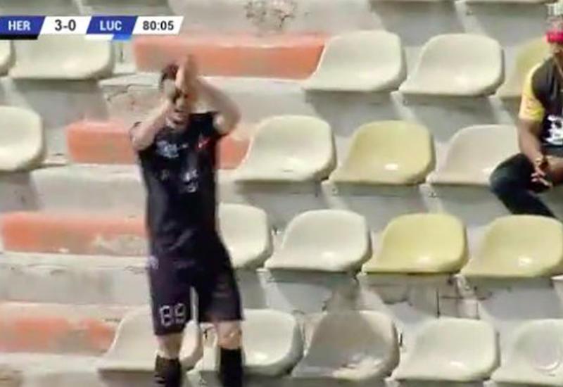 Футболист забил мяч и побежал хлопать сам себе
