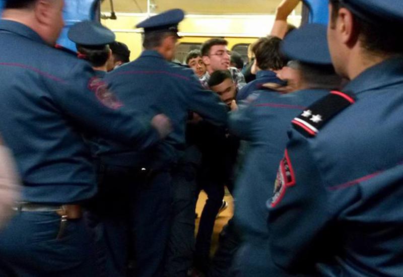 Столкновение между протестующими и полицией на станции метро в Ереване