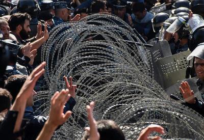 Протестующие в Ереване призвали мир привести в чувство Саргсяна