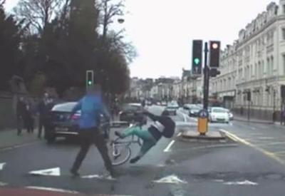 """Пешеход точным ударом приземлил, убегающего от погони преступника <span class=""""color_red"""">- ВИДЕО</span>"""