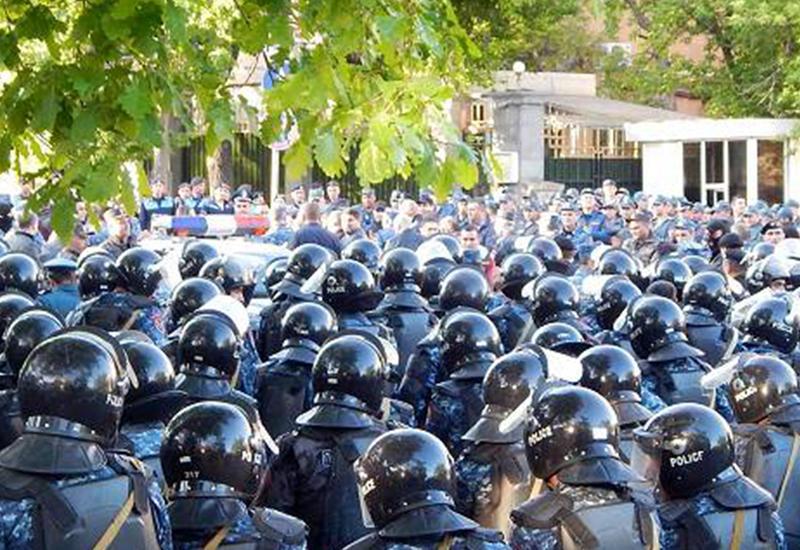 Диаспора: первый полицейский, перешедший в Ереване на сторону народа, получит $10 тысяч