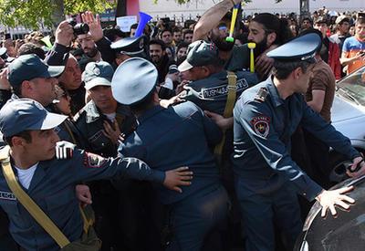 Полиция переходит на сторону протестующих в Ереване
