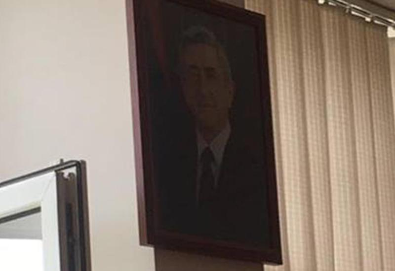 Из окна полиции в Ереване выбросили фотографию Саргсяна