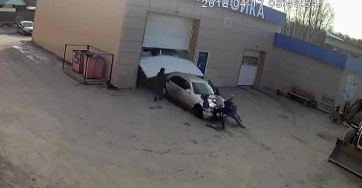 НаУрале автомойщик начужом «мерседесе» насмерть сбил 2-х  женщин