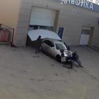 """Автомойщик на чужом Mercedes насмерть сбил женщину <span class=""""color_red"""">- ВИДЕО</span>"""