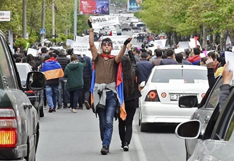 Митингующие в Ереване преградили дорогу автомобилю главы Минобороны