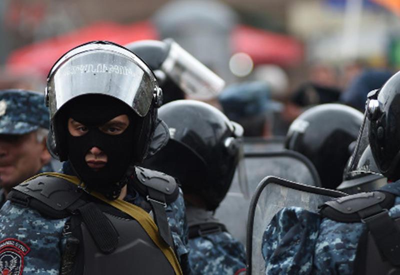 Крайне напряженная ситуация в центре Еревана, начались массовые задержания