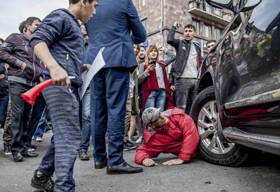 """Митингующие в Ереване напали на автомобиль главы Минобороны - как это было <span class=""""color_red"""">- ФОТОРЕПОРТАЖ</span>"""