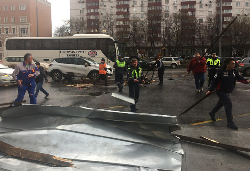 """Ураганный ветер в Москве: пострадали 17 человек <span class=""""color_red"""">- ОБНОВЛЕНО - ФОТО</span>"""
