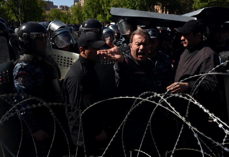 Полиция начала разгон демонстрации в Ереване