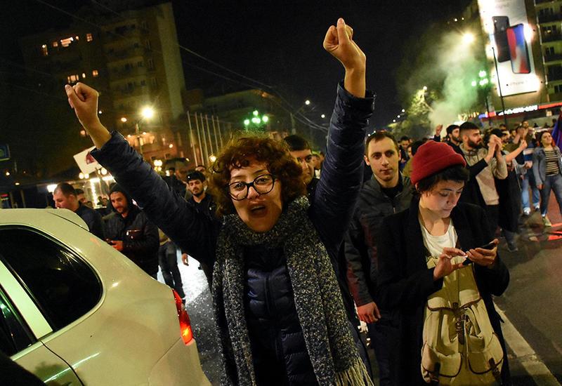 """Горячий апрель в Ереване - как выгоняют Сержа Саргсяна <span class=""""color_red"""">- ФОТОРЕПОРТАЖ</span>"""