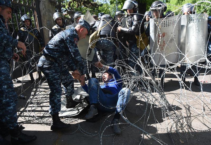 Полиция заблокировала главную площадь Еревана