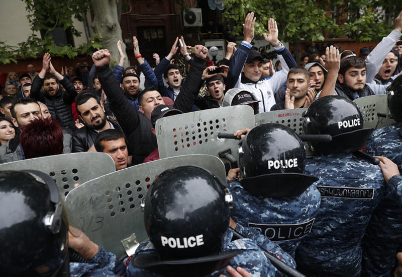 "Полиция начала разгон демонстрации в Ереване <span class=""color_red"">- ОБНОВЛЕНО</span>"