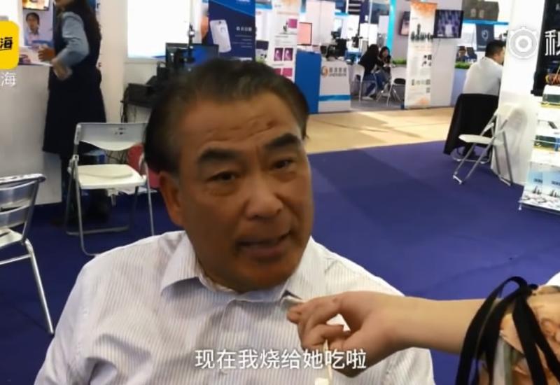 Китаец устал от жалоб жены и изобрёл робота-кулинара
