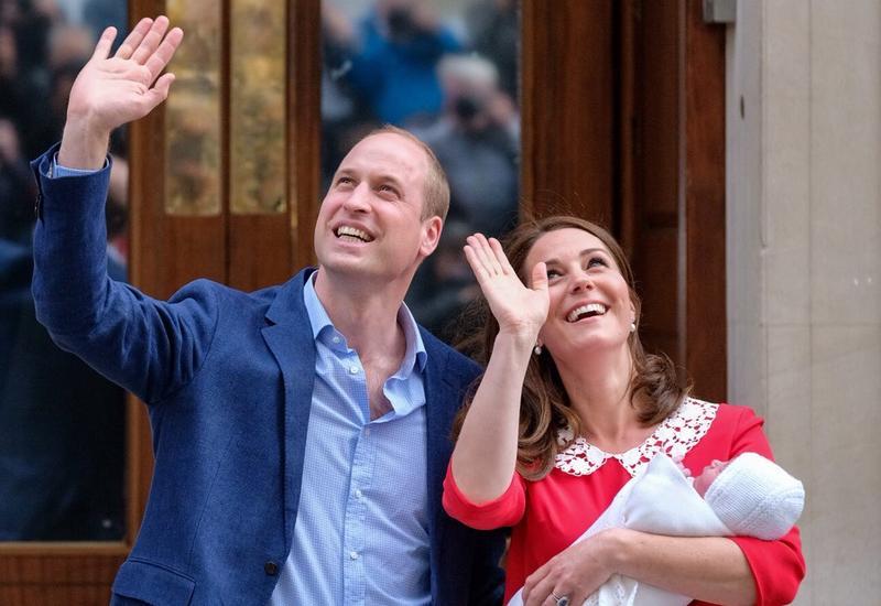 Герцогиня Кейт и принц Уильям показали общественности новорожденного мальчика