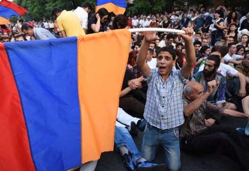 Выборы в Азербайджане привели к развитию, а Армению - к политическому хаосу