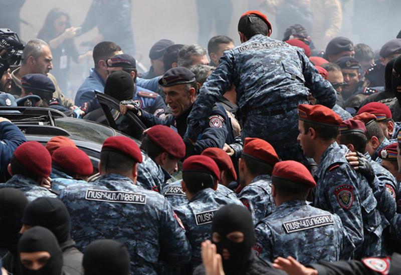 """Армянская полиция перешла в жестокости все границы <span class=""""color_red"""">- ВИДЕО</span>"""