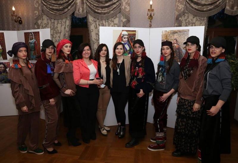 """В Тбилиси представили «Дефиле сквозь время: каноны женской моды в Азербайджане» <span class=""""color_red"""">- ФОТО</span>"""