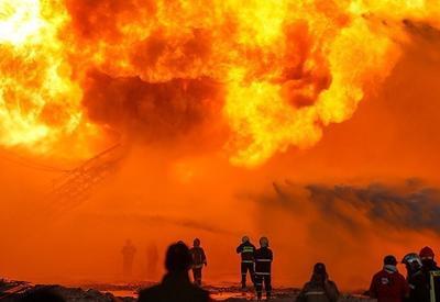 Сильный пожар на нефтескважине в Индонезии, много погибших