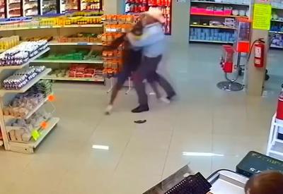 """Ковбой обезвредил вооруженного грабителя голыми руками <span class=""""color_red"""">- ВИДЕО</span>"""