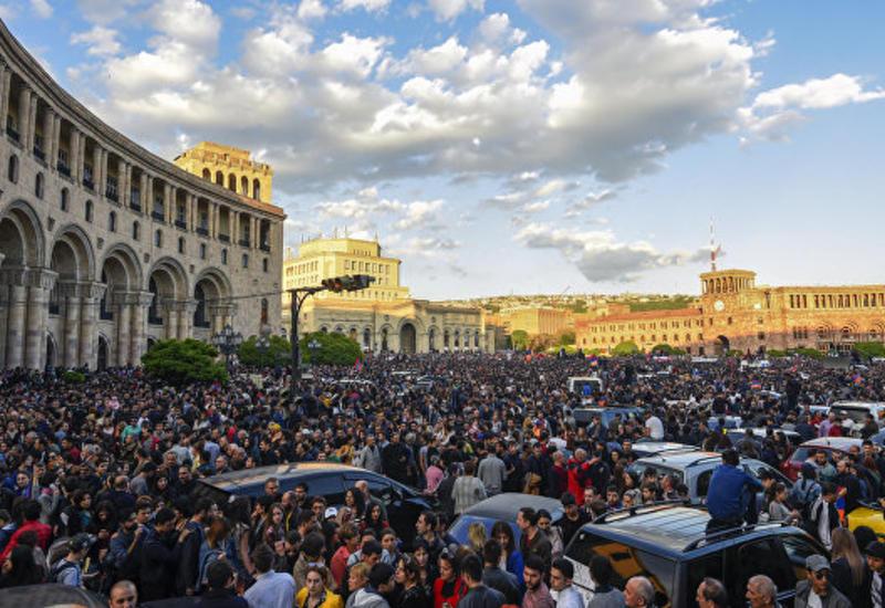 Митинг оппозиции в Ереване завершился, но люди не расходятся