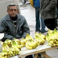 В глазах печаль, в руке банан - Партия бросила Саргсяна