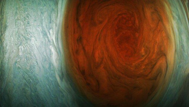 NASA показало новое фото огромного красного пятна Юпитера