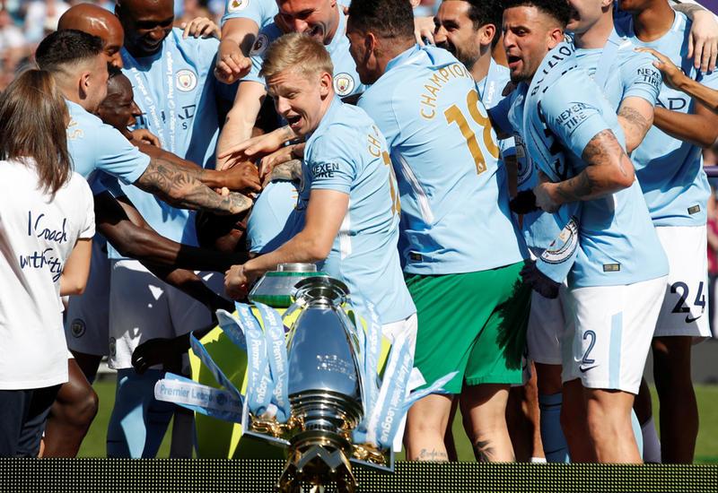 """Игрок """"Манчестер Сити"""" повалил выигранный командой кубок на землю"""