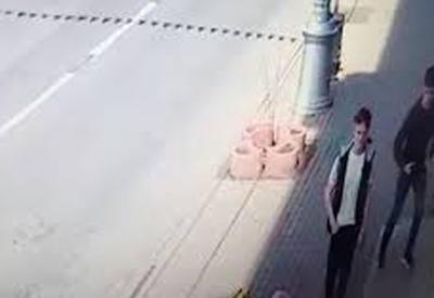 """Мать узнала сына-подростка на видео с грабежом и сдала его в полицию <span class=""""color_red"""">- ВИДЕО</span>"""